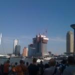 Het publiek stroomt massaal toe terwijl twee helikopters manoeuvres uitvoeren boven de Nieuwe Maas.
